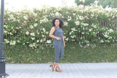 outfit mameluco azul con zapatos marron casual