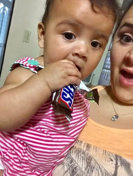 bebe y mama con chocolate en mano