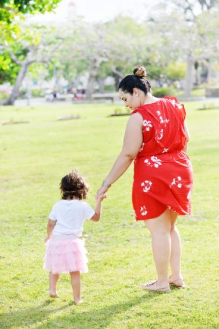 madre-caminando-con-hija-grande-en-parque