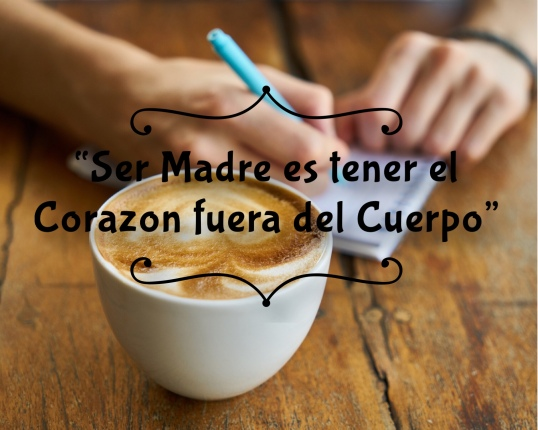 madre con cafe en mano y escribiendo