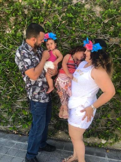 familia-de-padre-madre-y-ninas-felices