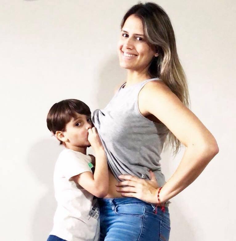 mama y nino de 5 anos feliz lactando