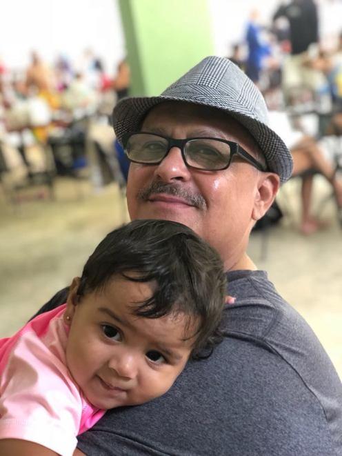 abuelo-con-nina-pequena-en-brazos