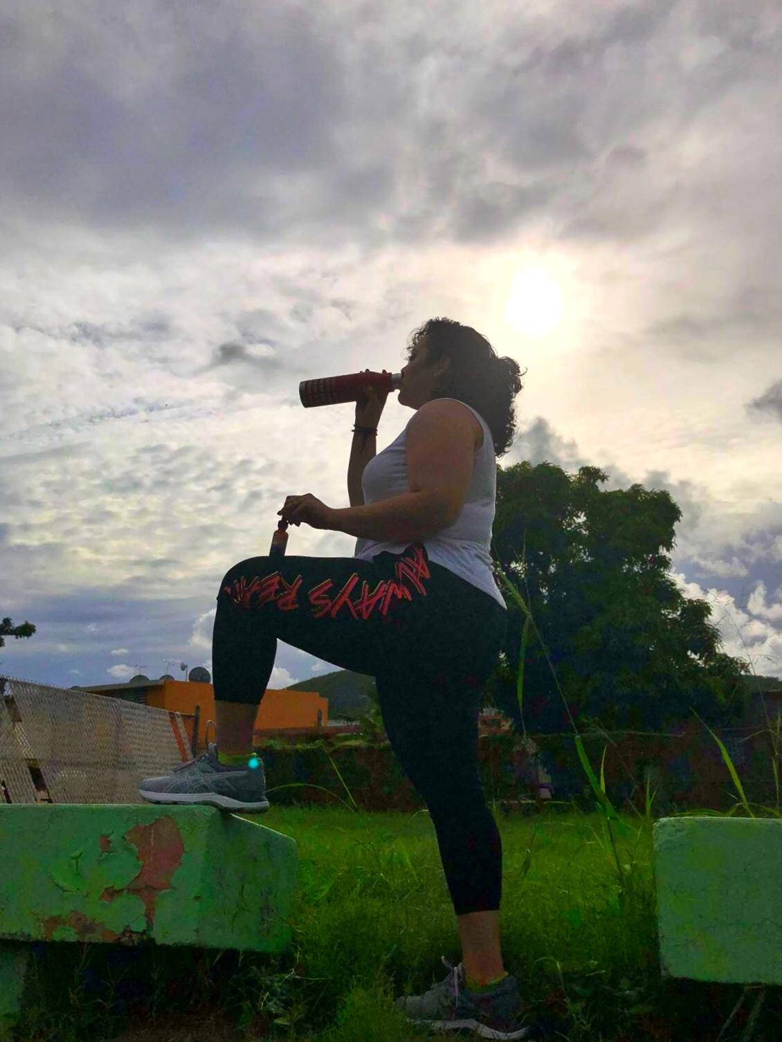 mujer-ejercitandose-y-tomando-agua-sbr-nutrition
