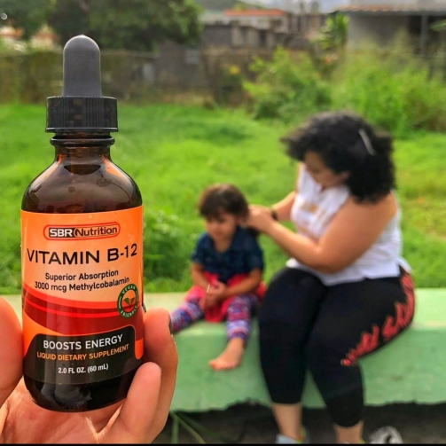 mama-tomando-vitaminas-liquidas-sbr-nutrition