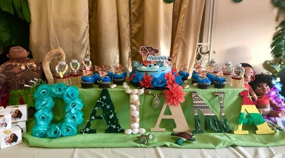 mesa-del-bizcocho-con-articulos-decorativos