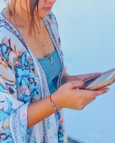 mujer joven utilizando su telefono celular en las redes sociales