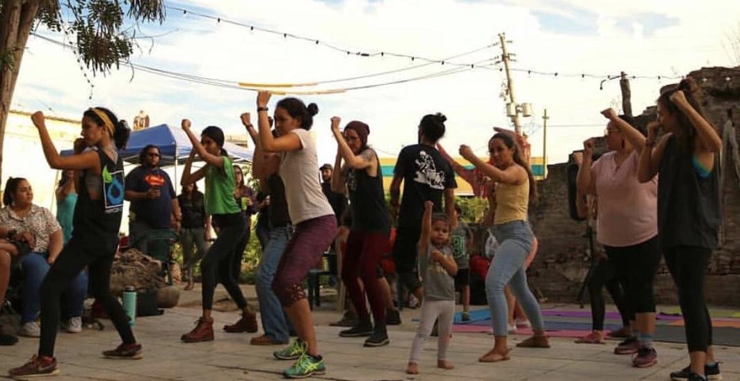 ninas y mujeres aprendiendo defensa personal en Huerto Callejon Trujillo