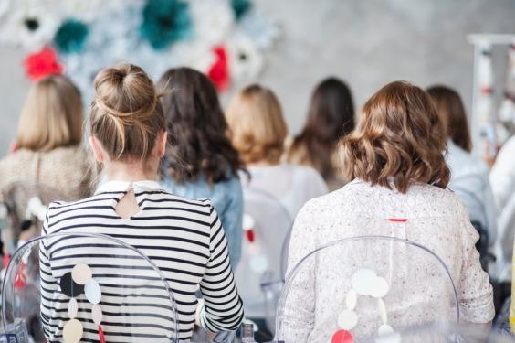 conjunto de mujeres juntas trabajando y dialogando