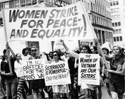 Mujeres jovenes y adultas luchando por sus derechos en el pasado