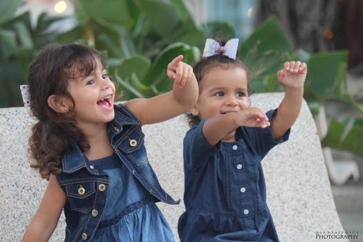 hermanas pequenas sonrientes