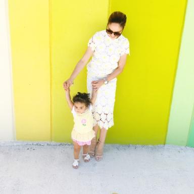 mama y bebe con atuendos en colores similares
