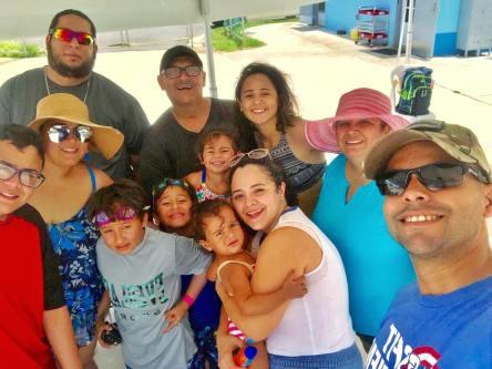 familia y grupo en piscina