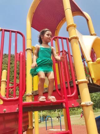 nina pequena jugando en parque