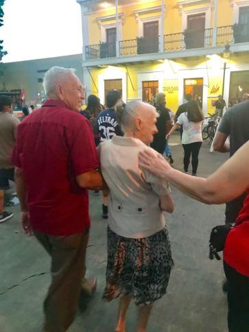 pareja personas mayores manifestandose en Ponce