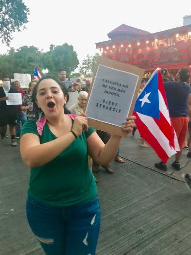 joven manifestando en Ponce sobre renuncia de Ricky