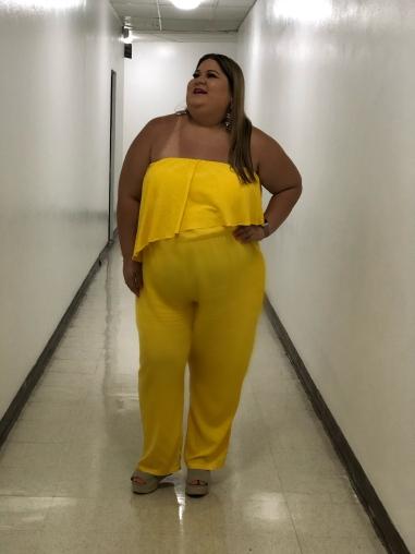 chica plus con jumpsuit amarillo
