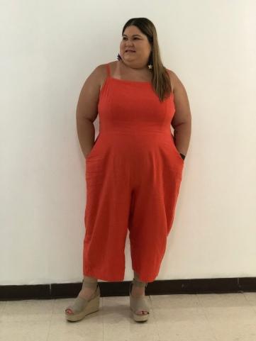 chica plus con jumpsuit anaranjado veraniego