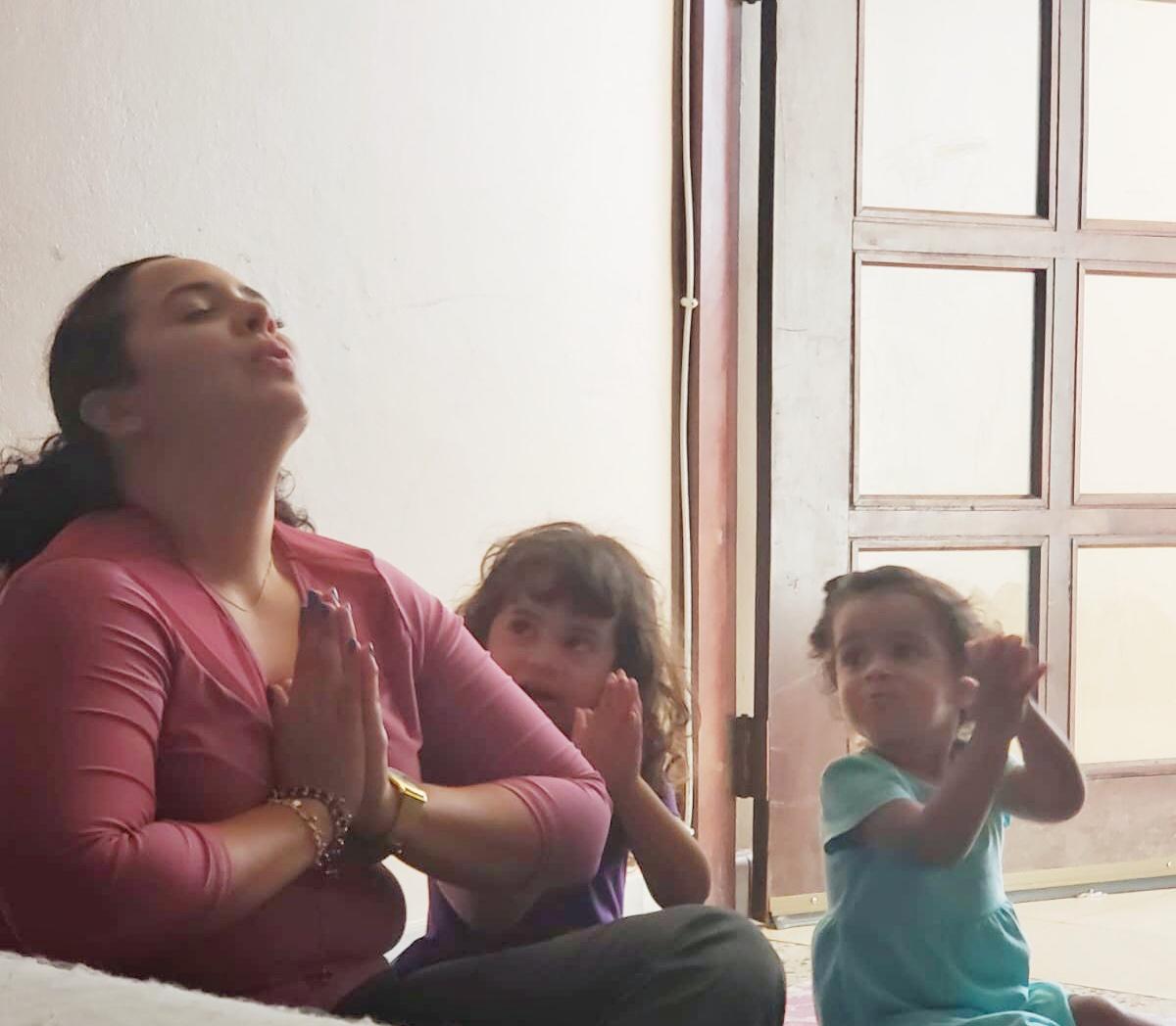 MADRE Y NINAS CON TECNICAS RELAJACION Y YOGA