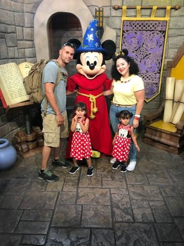 foto familiar con Mickey en Disney