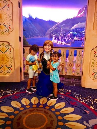 Foto ninas con Ana en Epcot